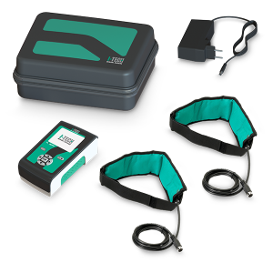 Dotazione de LaMagneto: N°1 dispositivo LaMagneto N°1 alimentatore medicale (cavo 1.5mt circa) N°1 manuale d'uso e manutenzione N°2 applicatore a fascia con 3 solenoidi (cavo 1.5mt circa) N°1 borsa per il trasporto Magnete per verifica esecuzione terapia Fascia in tessuto non tessuto (TNT) 15x150 cm